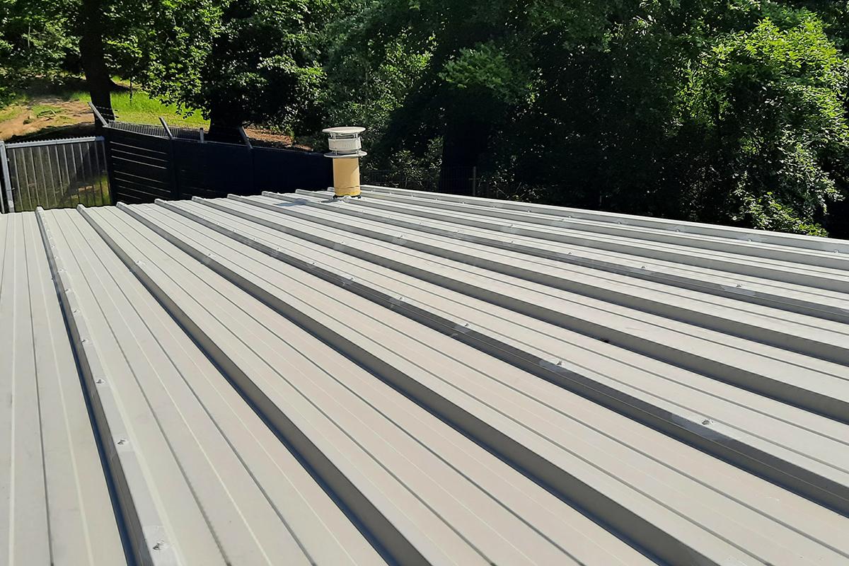 Stalen dak beplating coaten/ renoveren/ schilderen/ overspuiten
