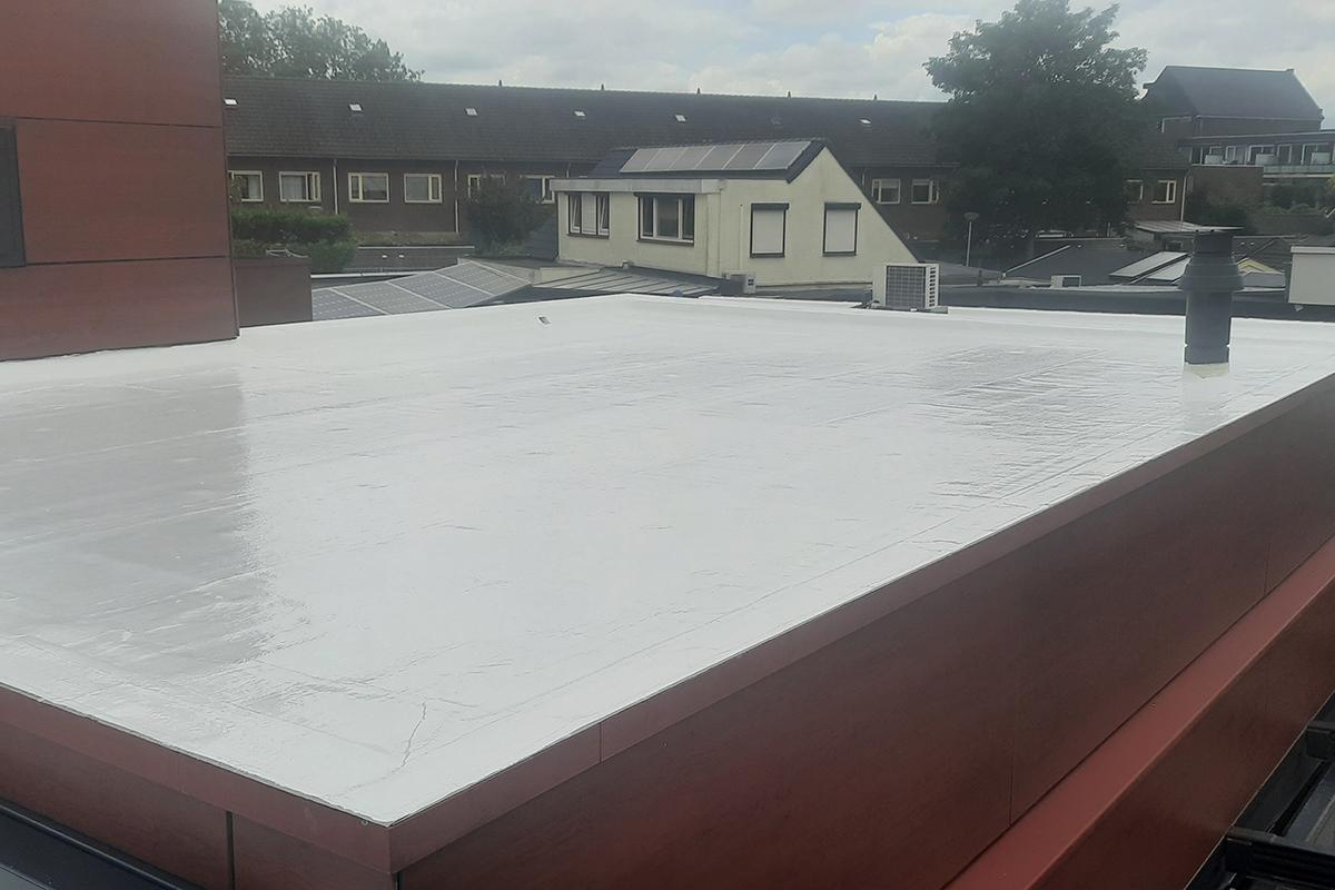 Bitumen dakbedekking renoveren/ coaten/ wit schilderen